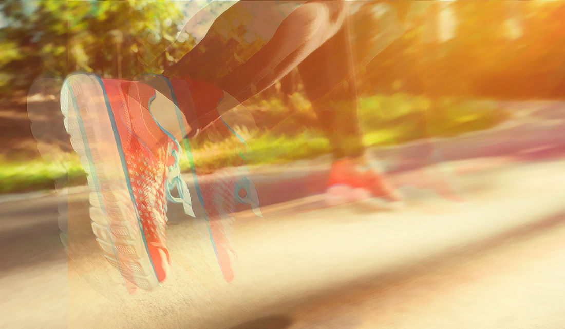 If the smog levels are bad on Sunday, running in Delhi's half marathon could do more harm than good to your body. Check the air quality index before you step out. (Photo: iStock/Altered by <b>The Quint</b>)