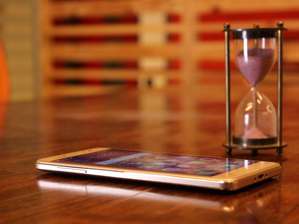 The phone gets a full metal body design. (Photo: Shiv Kumar Maurya/<b>The Quint</b>)