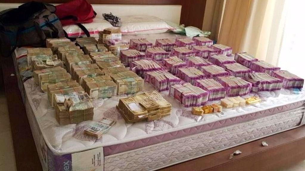 "Cash found during Income Tax raids (Photo: <a href=""https://twitter.com/search?q=bengaluru%20raid%20ani&amp;src=typd"">ANI Screenshot</a>)"