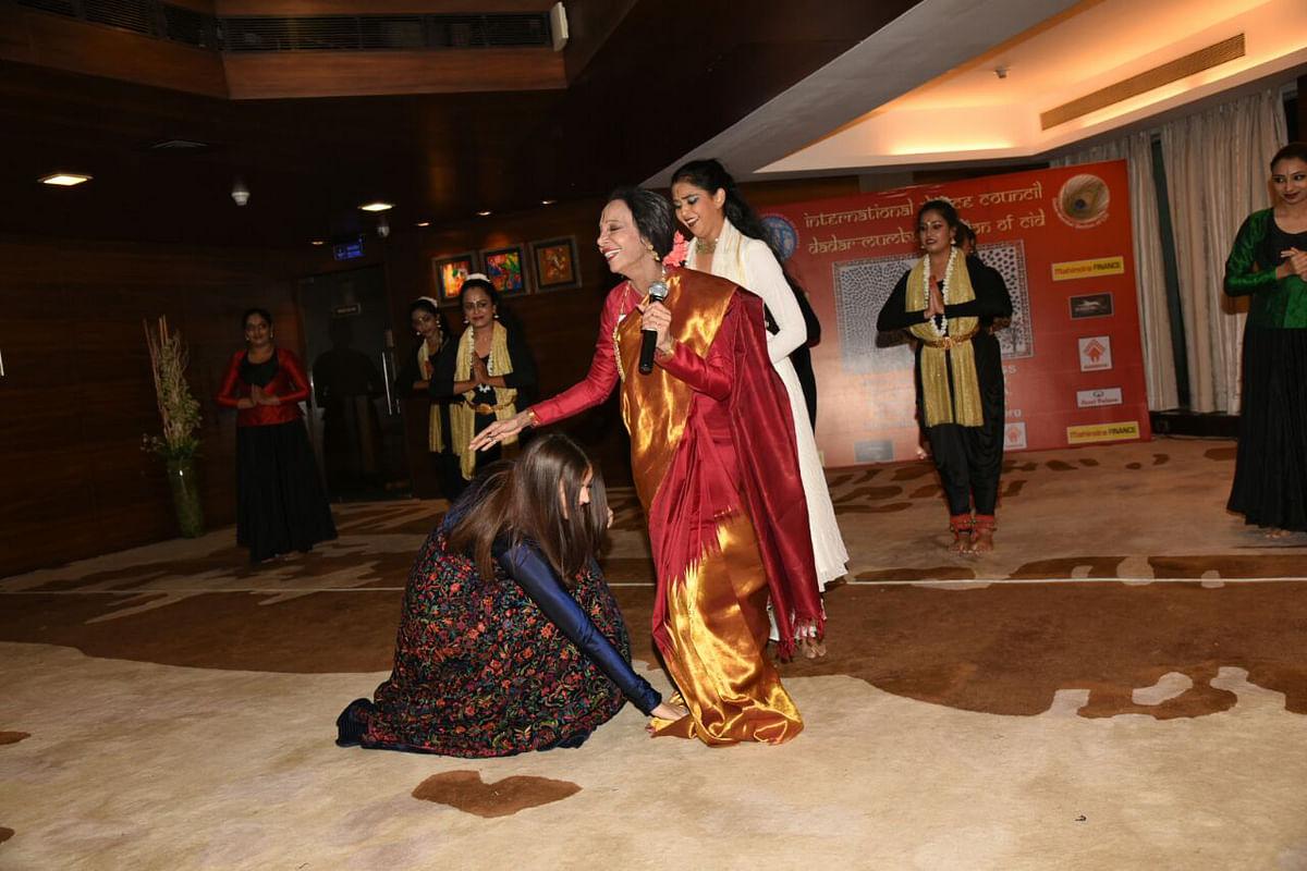 Aishwarya Rai Bachchan touches her guru, Lata Surendra's feet. (Photo: Yogen Shah)