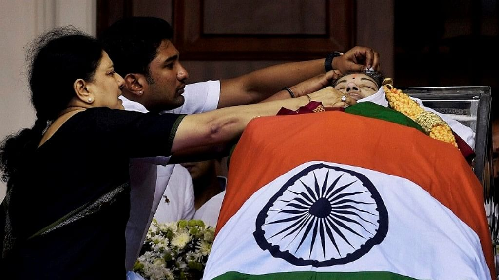 Sasikala pays tribute to late Tamil Nadu Chief Minister J Jayalalithaa at Rajajai Hall in Chennai. (Photo: AP)