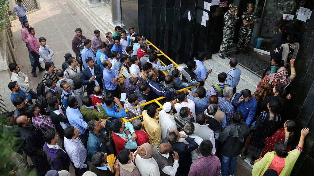Indians waiting outside banks to withdraw and deposit their money. (Photo: AP)