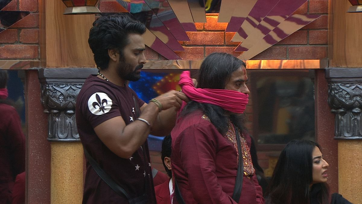 Manveer ties a cloth over Swami's mouth. (Photo courtesy: Colors)