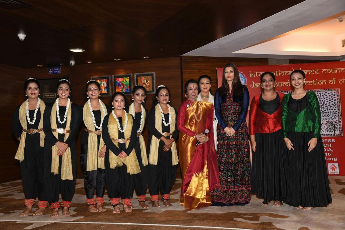 Aishwarya Rai poses with her guru Lata Surendra and other dancers. (Photo: Yogen Shah)