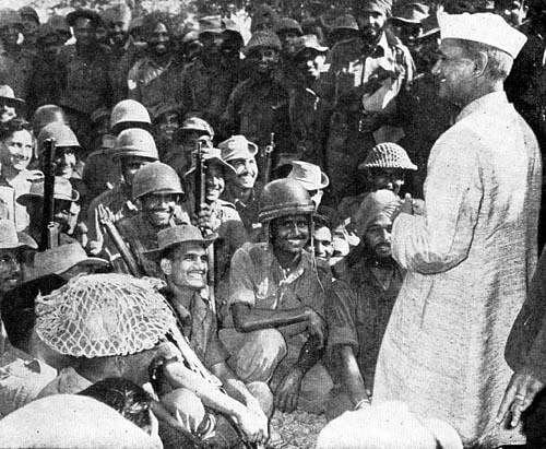 The then PM Lal Bahadur Shastri made sure he reached out to the men of the fronts. (Photo Courtesy: Twitter)