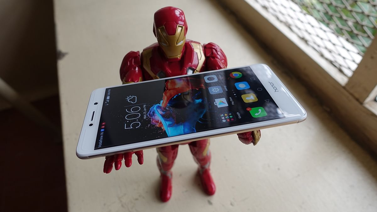 Honor 6X has to bear the weight of rivalry with Xiaomi's Redmi Note 4. (Photo: <b>The Quint</b>/@2shar)