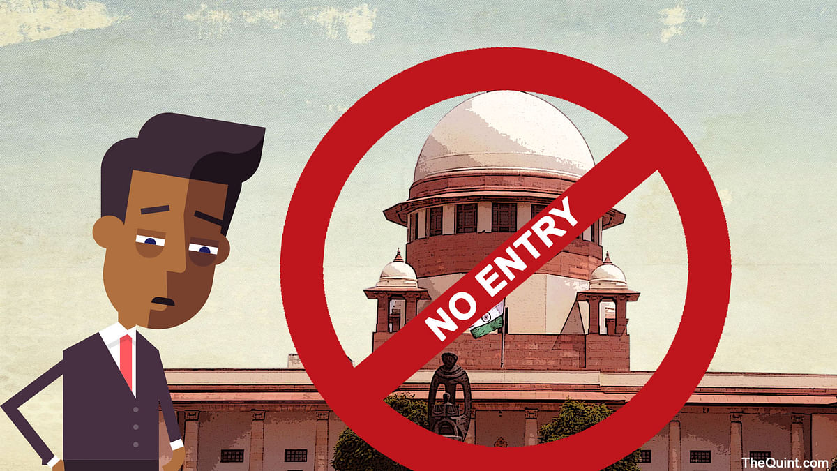 Are the law interns being denied their   right to learn by not being allowed inside the court premises? (Photo: Rhythum Seth/ <b>The Quint</b>)