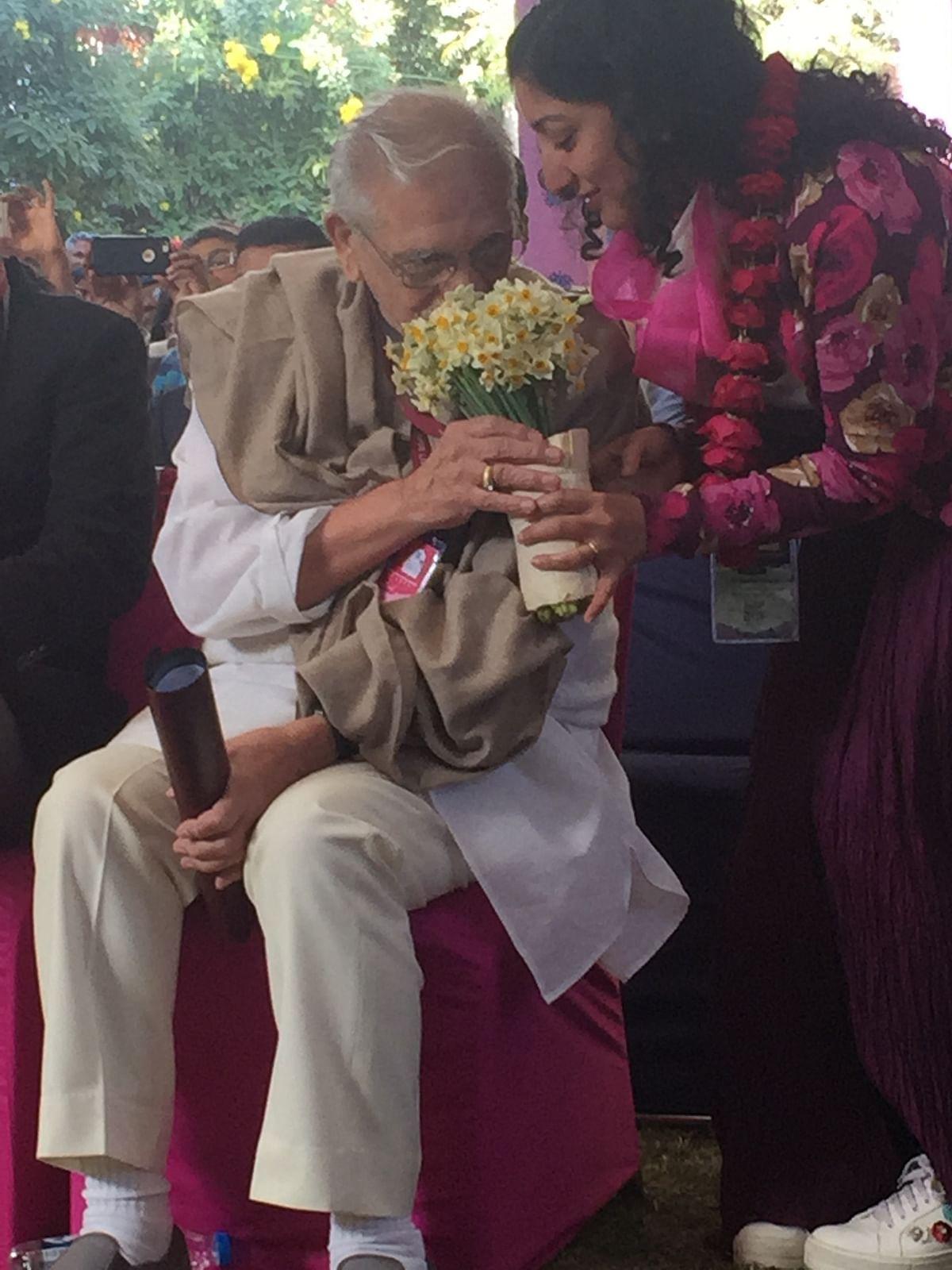 Lyricist Gulzar sniffing daisies. (Photo: Urmi Bhattacheryya/The Quint)