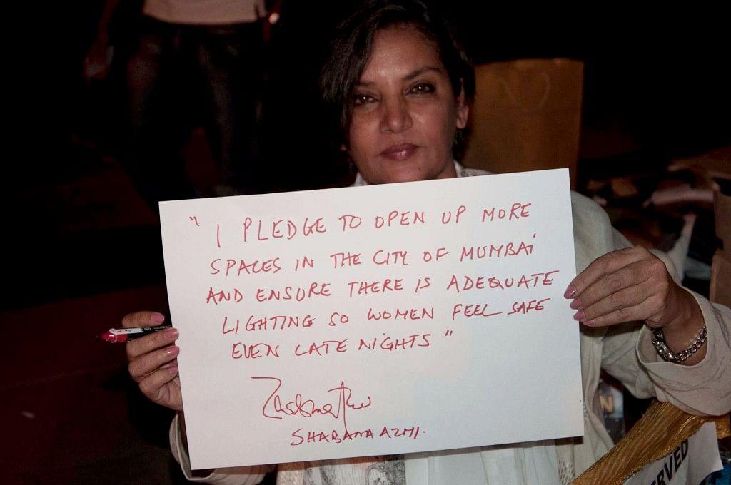 "Shabana Azmi takes the 'Safe City Pledge'. (Photo courtesy: <a href=""https://www.facebook.com/SafeCityPledge/photos/t.100001432138848/415274948570395/?type=3&amp;theater"">Facebook</a>)"