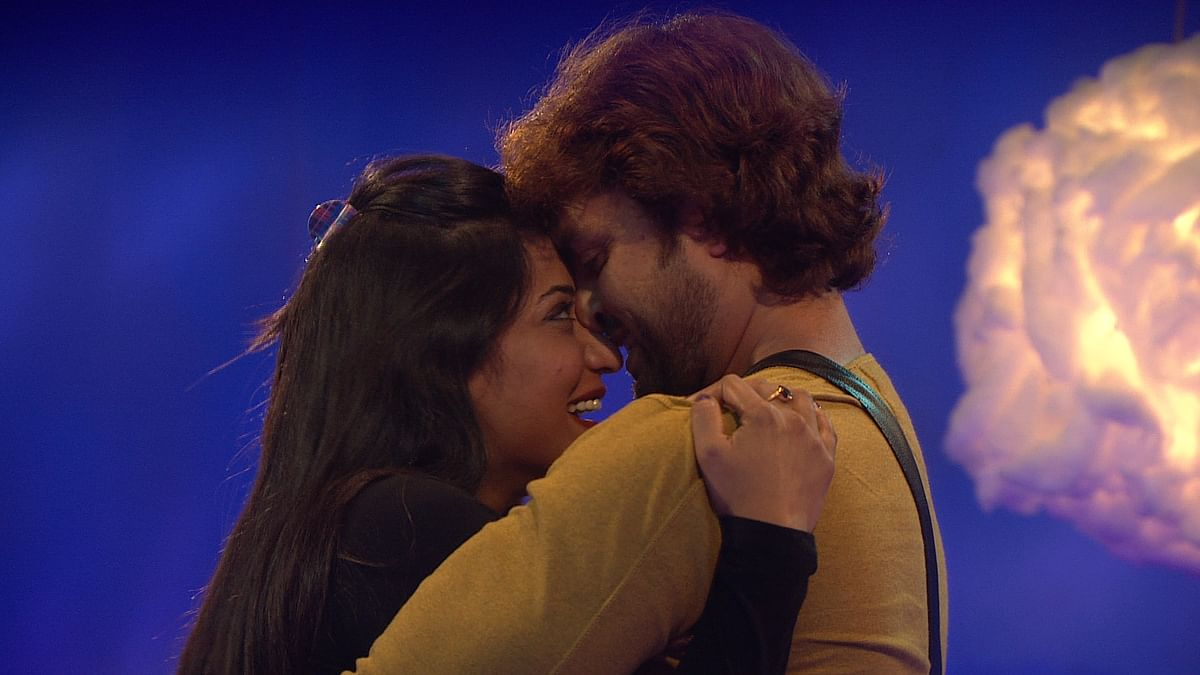 Vikrant proposes to Mona and she says yes! (Photo courtesy: Colors TV)