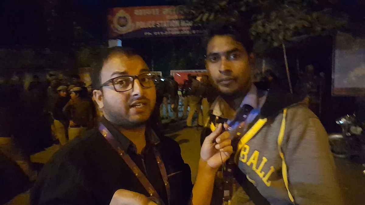 Correspondent Anant Prakash (L) and Cameraperson Shiv Kumar Maurya were beaten up by Delhi Police officers. (Photo: <b>The Quint</b>)
