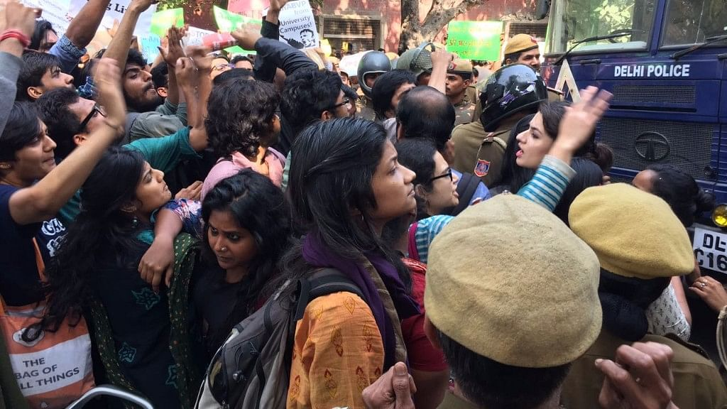 Protests at Ramjas college (Photo: Abhilash Mallick/<b>The Quint</b>)