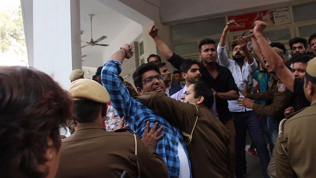 Protests against Umar Khalid's talk at Ramjas College turned violent. (Photo: Debalin Roy and Piyush Nagpal/<b>The Quint</b>)