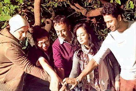 Ranbir Kapoor and Dia Mirza along with Rajkumar Hirani begin the shoot of the film. (Photo courtesy: Twitter/Watch_Bollywood)