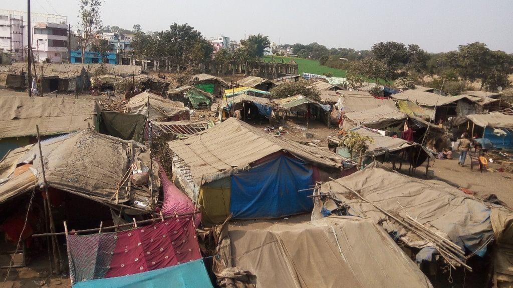 The open land in Betul district of Madhya Pradesh, where the Pardhi community has taken refuge after being evicted from Chauthiya village. (Photo: Sunita Malpani/ <b>The Quint</b>)