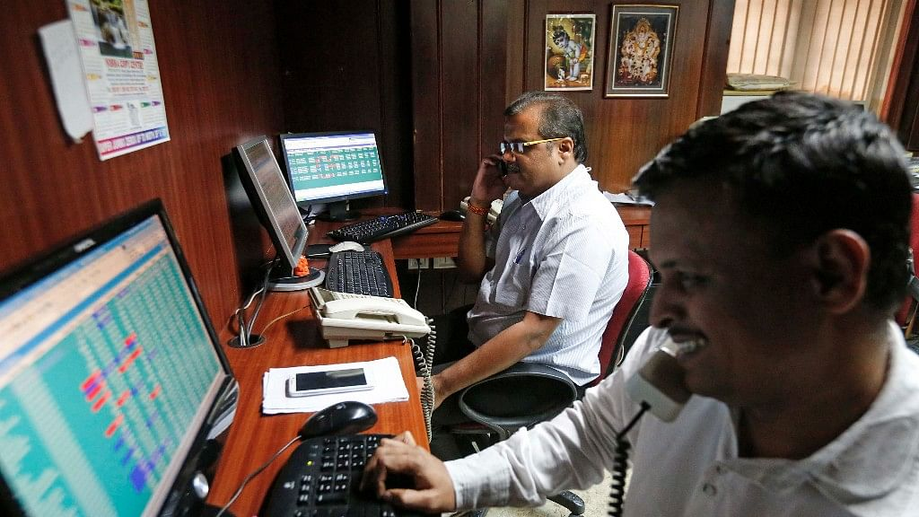 Markets in Jitters: Sensex Tanks 806 Pts After Rupee Hits New Low