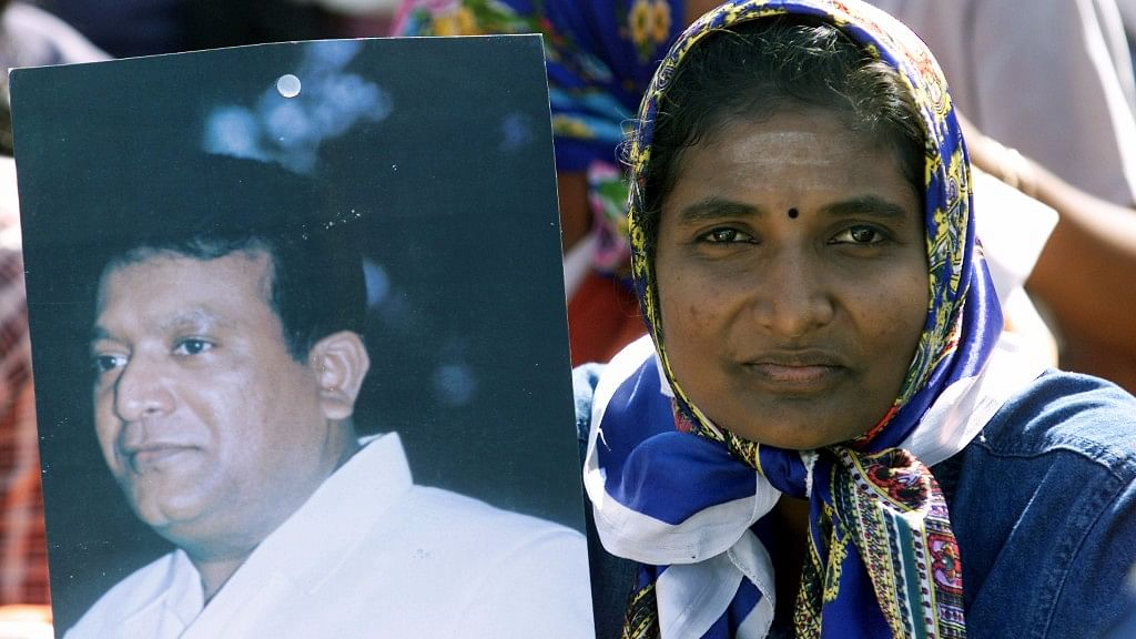 A Sri Lankan Tamil woman holds picture of revel leader Prabhakaran during the rally in Jaffna, Sri Lanka, 27 June 2003. (Photo: Reuters)
