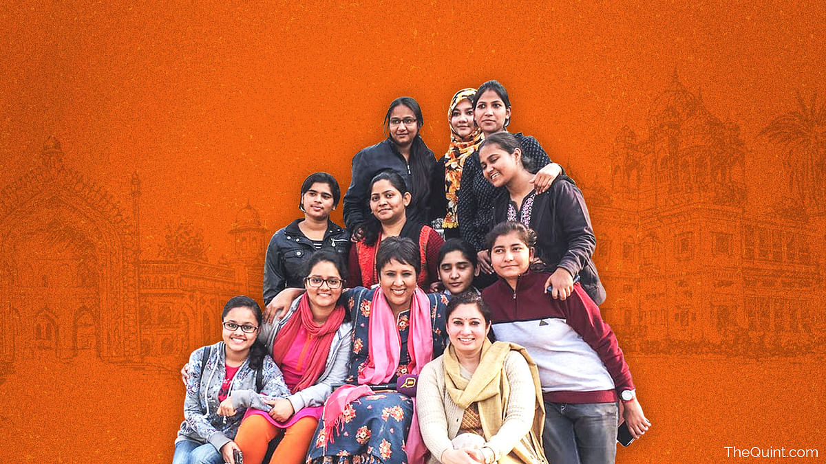 Barkha Dutt with young women in the Lucknow University. (Photo: <b>The Quint</b>)