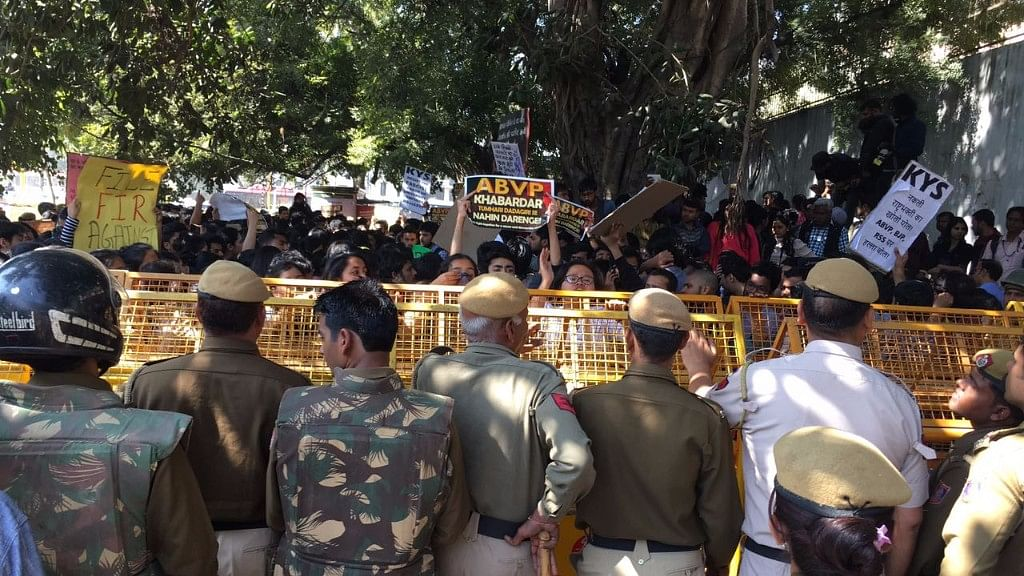 Students march at ITO against police inaction and ABVP's violence outside Ramjas College. (Photo: The Quint)