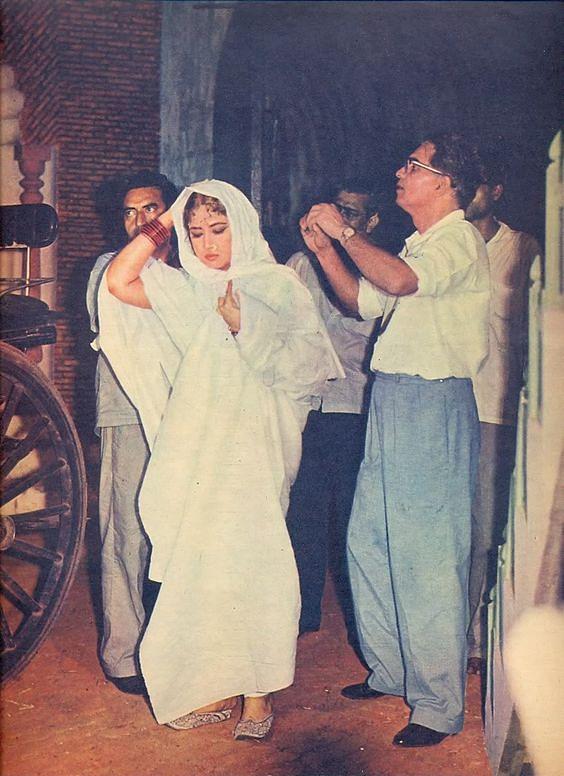 Meena Kumari on the sets of <i>Pakeezah. </i>(Photo courtesy: Pinterest)