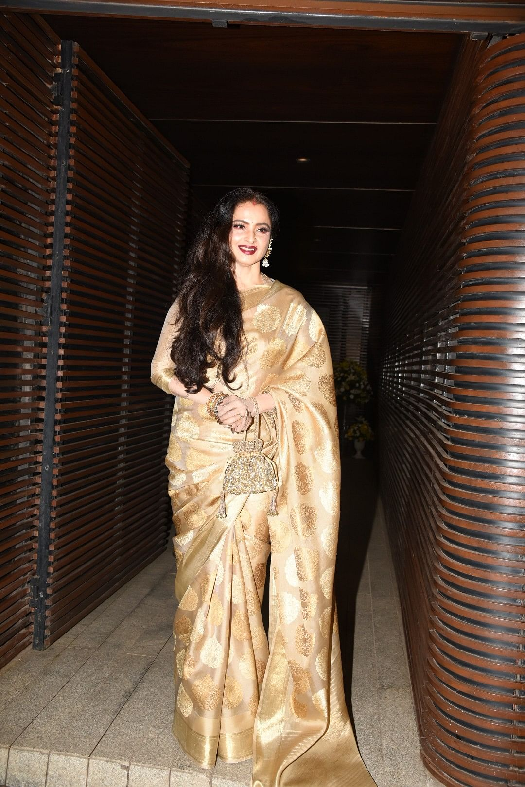 Rekha makes a statement in her classic look. (Photo: Yogen Shah)