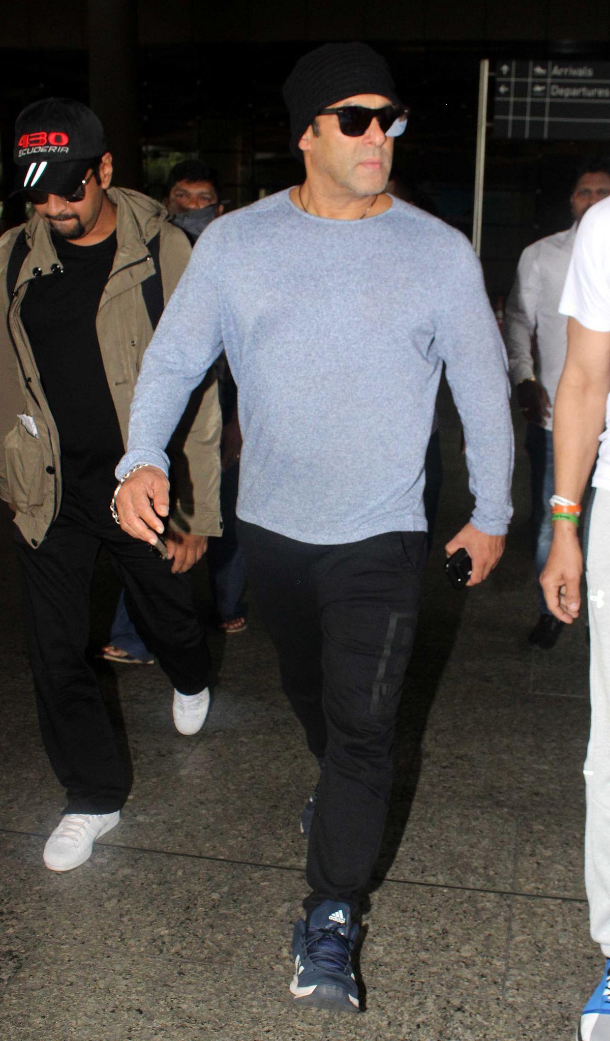 Salman Khan arrives in style. (Photo: Yogen Shah)