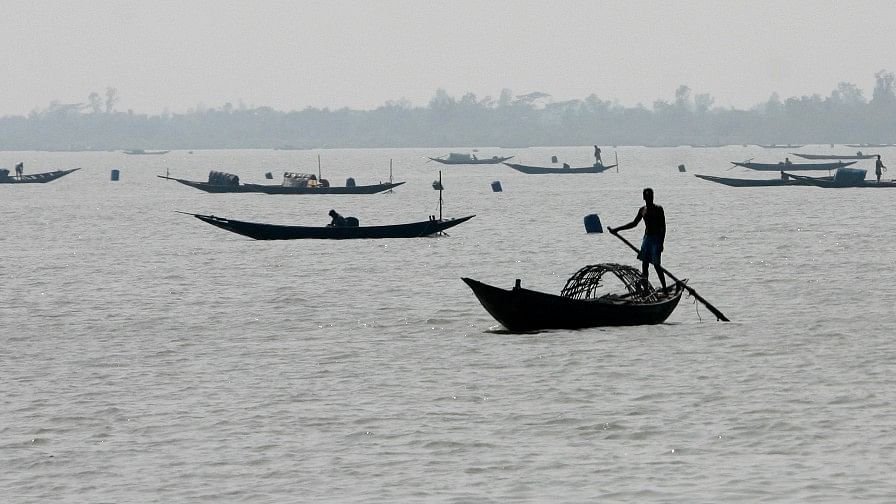 Fishermen row their boats. (Photo: Reuters)
