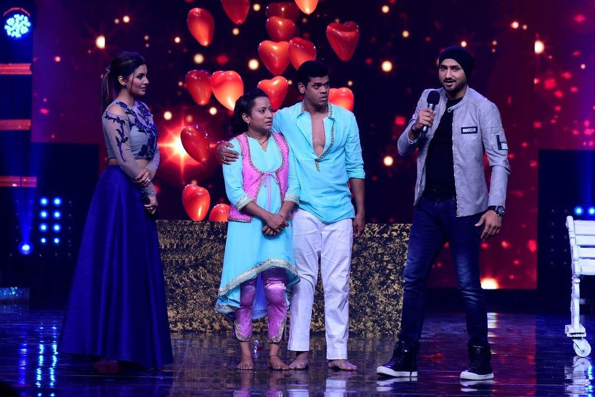 Geeta and Harbhajan on stage with Siddharth and Trupti Jadhav. (Photo courtesy: Star Plus)
