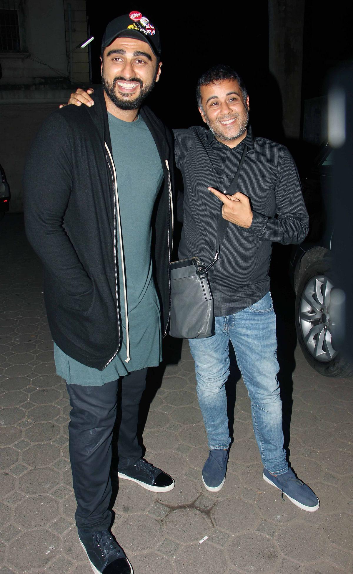 Arjun Kapoor seems amused with Chetan Bhagat, both of them are part of Mohit's new film <i>Half Girlfriend. </i>(Photo: Yogen Shah)