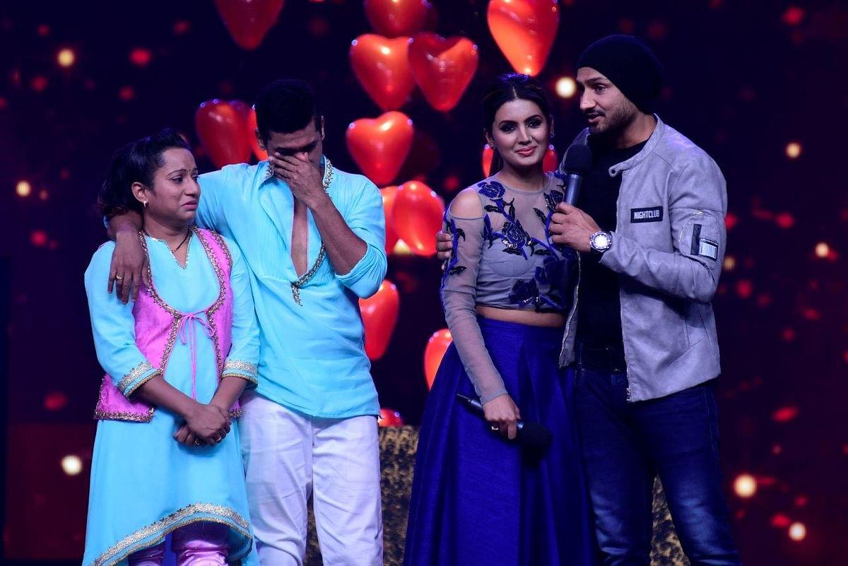 Geeta and Harbhajan share an emotional moment with Siddharth and Trupti Jadhav. (Photo courtesy: Star Plus)