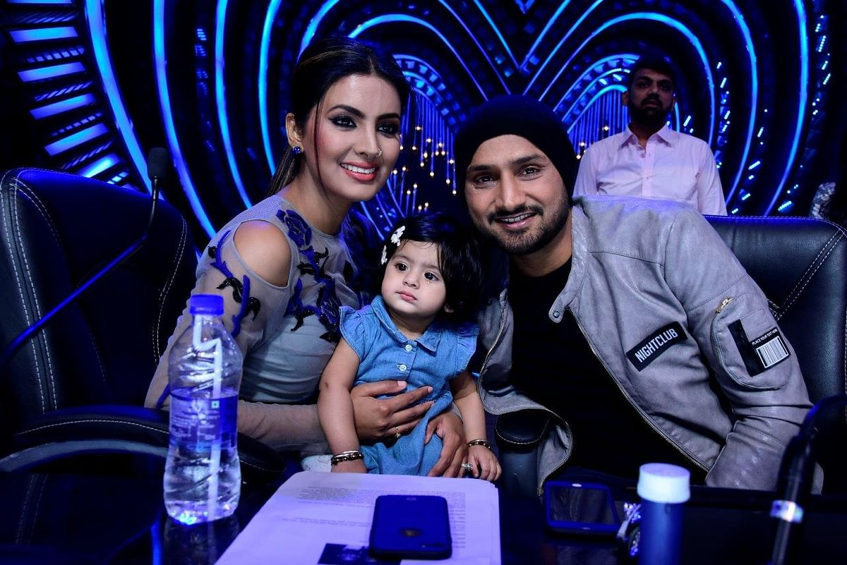 The couple poses with their daughter on the sets. (Photo courtesy: Star Plus)