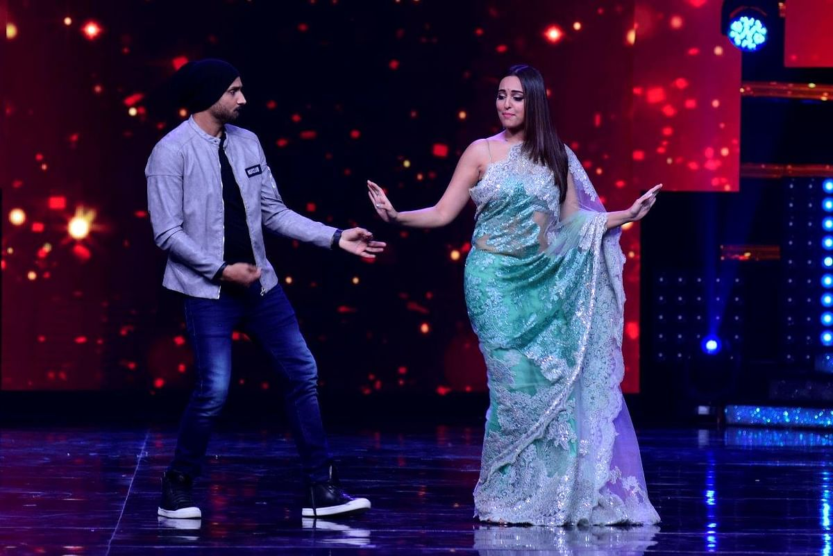 Sonakshi Sinha shakes a leg with Harbhajan Singh. (Photo courtesy: Star Plus)