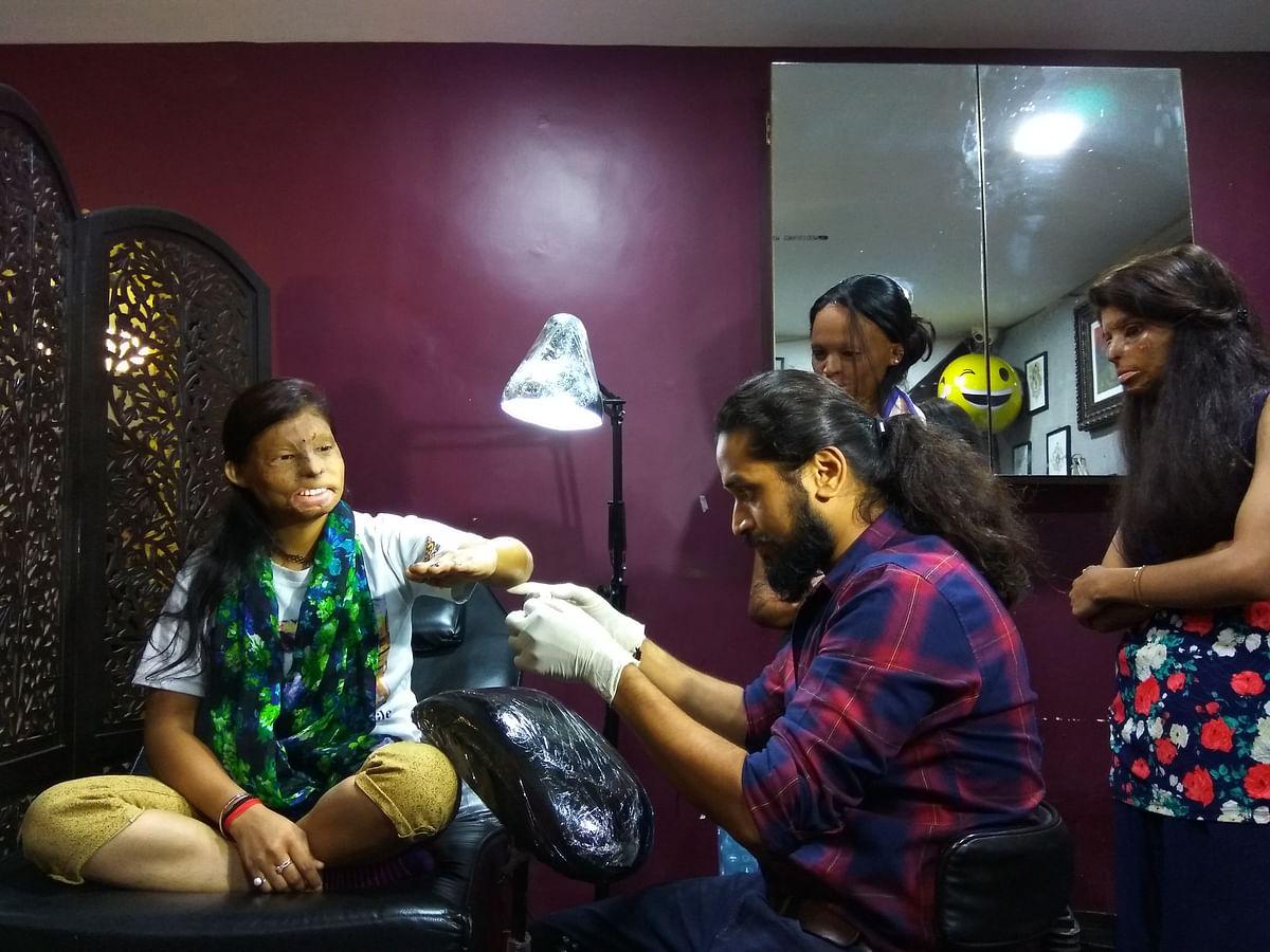 Rupa gets a tattoo made by Vikas Malani, founder of Body Canvas tattoo parlour.(Photo: Abhipsha Mahapatro/<b>The Quint</b>)