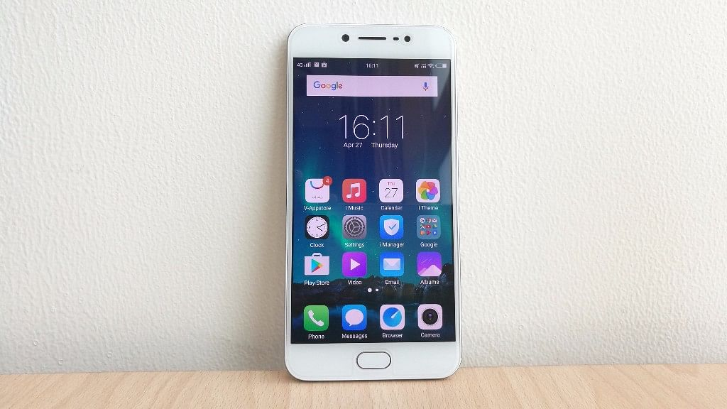 The Vivo V5s comes with a 20 megapixel front camera. (Photo: <b>The Quint</b>)