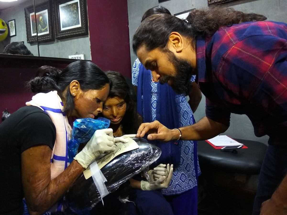 Lakshmi Agarwal tries her hand on a synthetic arm.(Photo: Abhipsha Mahapatro/<b>The Quint</b>)