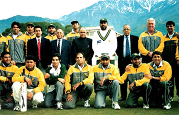 Inzamam-ul-Haq's Pakistan team pose for a picture at the stadium. (Photo Courtesy: HPCA)