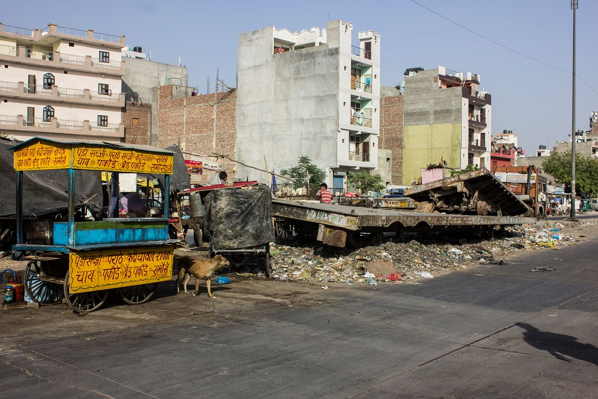 In Ghazipur, you can have paranthas and pakodas right next to a pile of garbage. Any guesses where the places go after people are done eating? (Photo: Abhilash Mallick/<b>The Quint</b>)