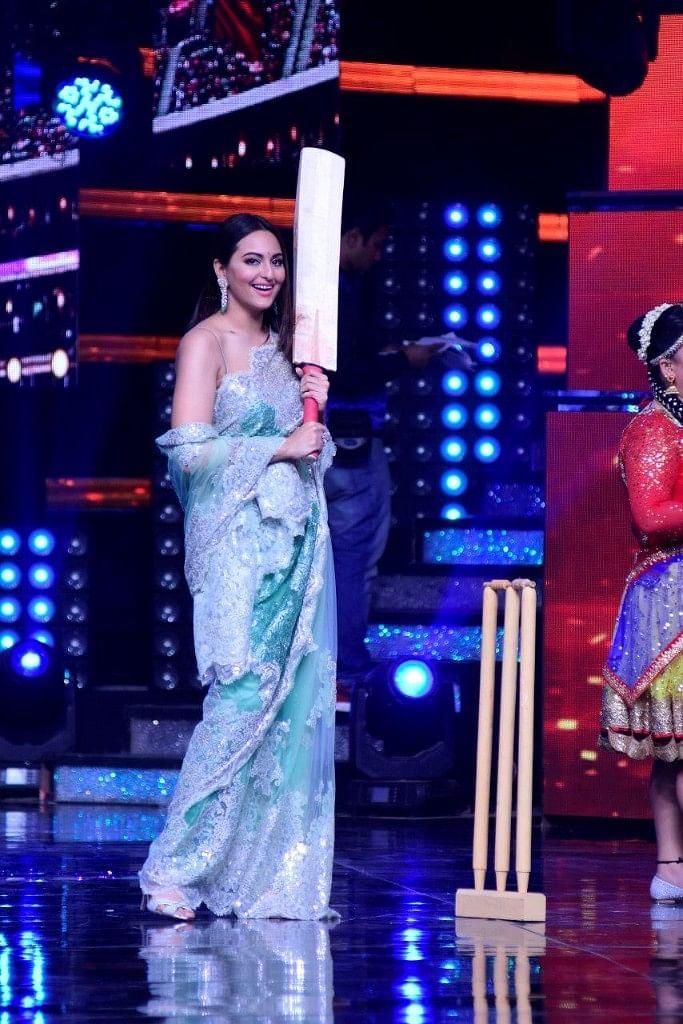 Sonakshi all set to bat on set. (Photo courtesy: Star Plus)
