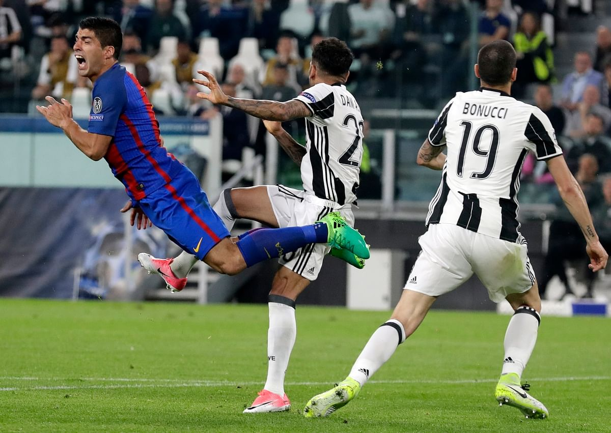 Barcelona's Luis Suarez, left, is airborne after a challenge by Juventus's Dani Alves during a Champions League quarterfinal. (Photo: AP)