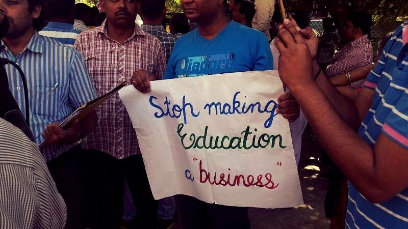 """Parents protest the fee hike by private schools at Delhi's Jantar Mantar. (Photo Courtesy: Facebook/ <a href=""""https://www.facebook.com/Parentsagainstfeehike/?hc_ref=SEARCH"""">Parents Against Fee Hike</a>)"""