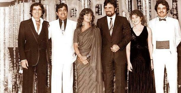 "Shatrughan Sinha in a Khan family snap. (Photo courtesy: <a href=""https://www.facebook.com/FerozKhanLovers/"">Facebook/ ferozekhanlovers</a>)"