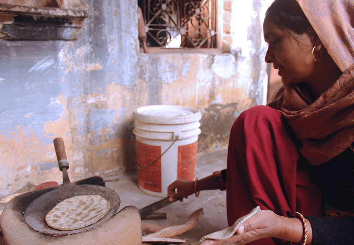 Kavita admits feeling lonely every now and then as she makes <i>rotis </i>on a hearth. (Photo: Kashish Badar)