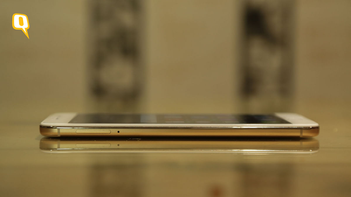 Is the Vivo V5s a dependable device? (Photo: Shiv Kumar Maurya/<b>The Quint</b>)