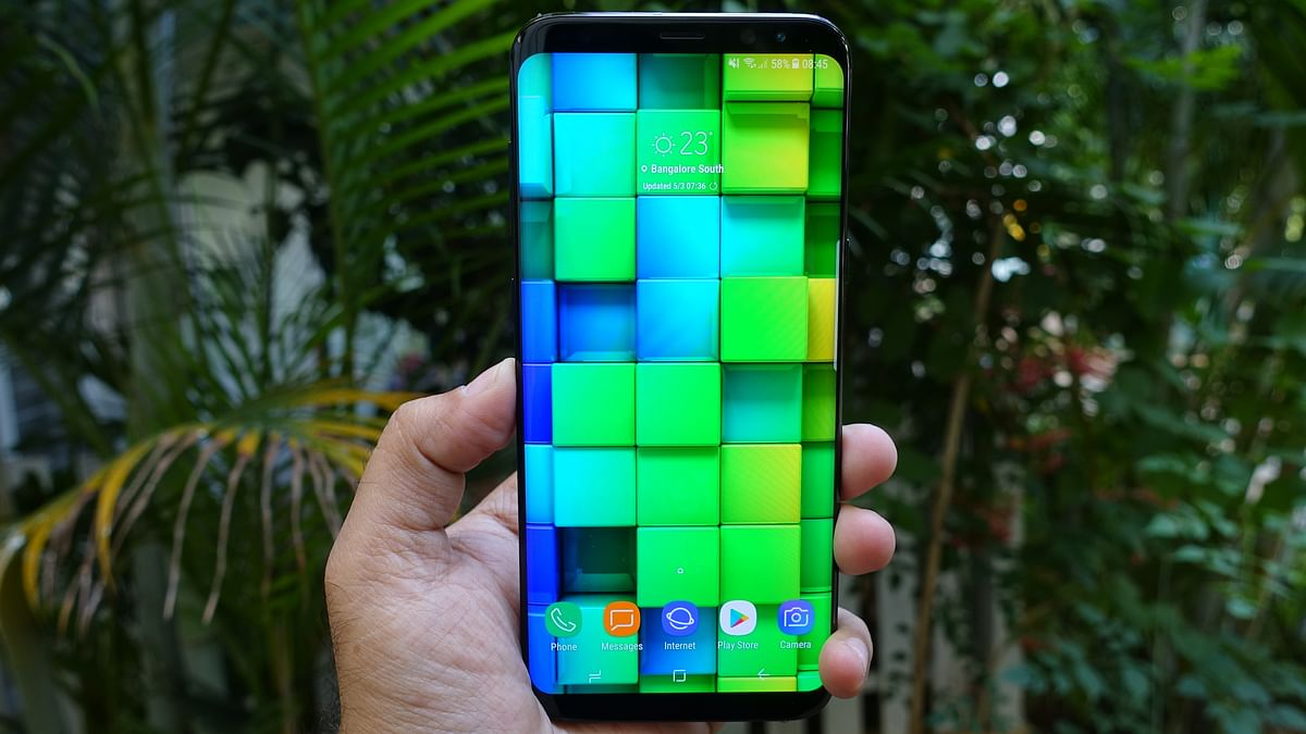 """The display packs a Super AMOLED panel with 2560x1440 pixels resolution. (Photo: <b>The Quint</b>/<a href=""""https://twitter.com/2shar"""">@2shar</a>)"""