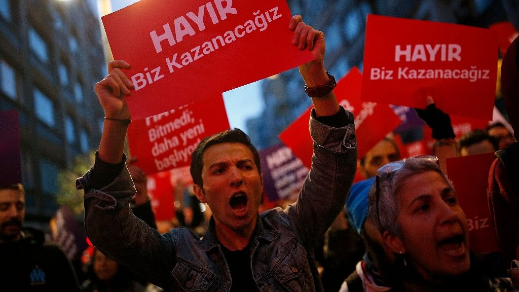 Anti-Erdogan protestors take to the streets after the result of the Turkish referendum. (Photo: AP)