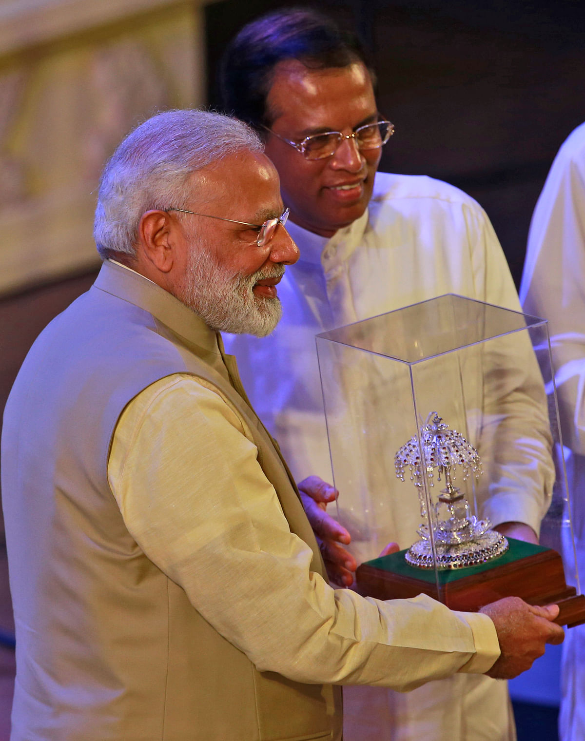 Narendra Modi with Sri Lankan President Maithripala Sirisena in Colombo on 12 May. (Photo: AP)