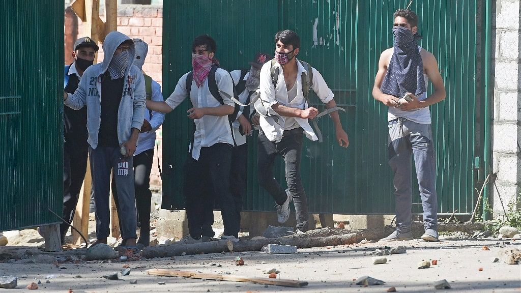 Students throwing stones on policemen during a clash at Govt Degree College Bemina in Srinagar, 23 May 2017. (Photo: PTI)
