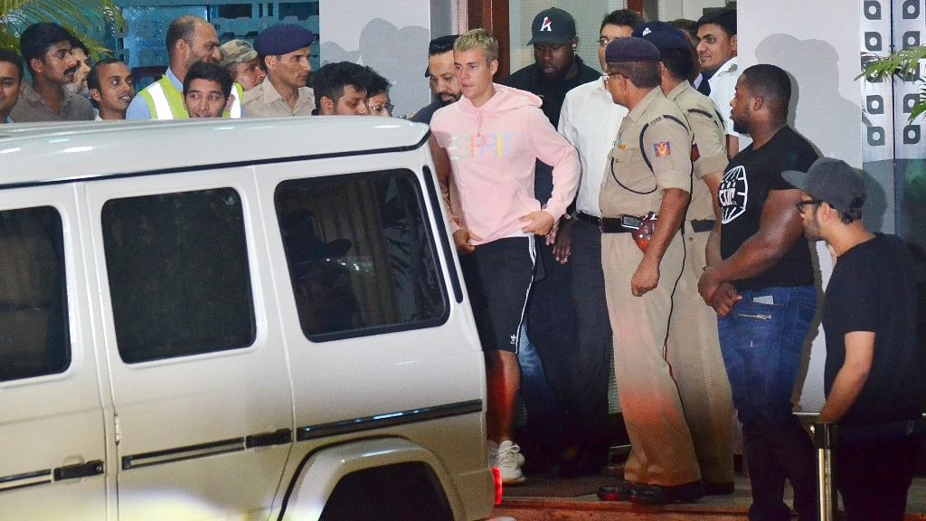 Justin Bieber arrived at the Mumbai airport in a pink hoodie. (Photo: Yogen Shah)
