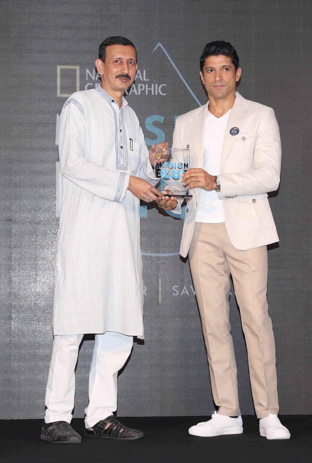 Farhan accepts his award. (Photo: Yogen Shah)
