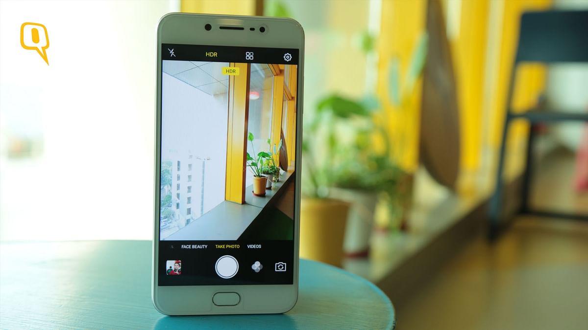 The Vivo V5s has a 20 megapixel selfie camera. (Photo: Shiv Kumar Maurya/<b>The Quint</b>)